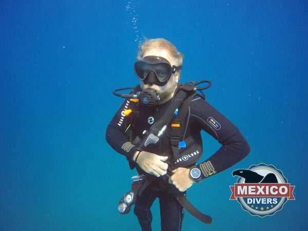 dive master on safety stop